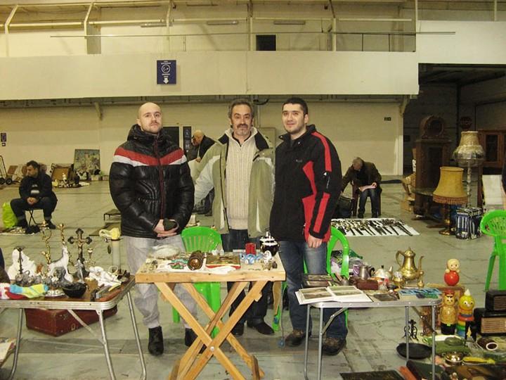 Андрей с семьей на рынке антиквариата.jpg